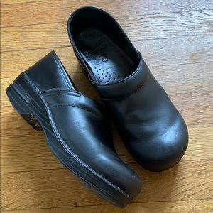 [Dansko] Black Leather Professional Clog